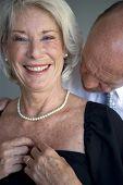 Retrato de um homem que vai beijar sua esposa no pescoço