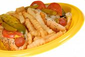 Closeup de estilo de Chicago Hot Dogs con papas fritas