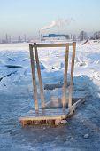 Постер, плакат: Деревянные перила для приходить в ледяной воде отверстие для крещения в Санкт Петербурге Россия