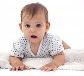 Bebê menina surpreendida com algo.