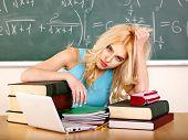 Mulher jovem em sala de aula.