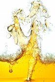 ein abstraktes Bild Verschüttetes Öl im Wasser.