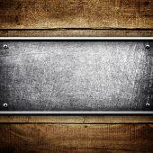 placa de metal no fundo de madeira