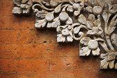 Ziegelmauer mit Steinrelief