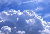 Nuvens Puffy altaneiro