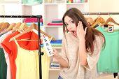 Junges Mädchen im Shop Kleidung kaufen