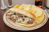 Philly Cheese Steak sanduíche com batatas fritas