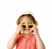 Menina, segurando os óculos de sol