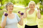 gesunde leitende Damen halten passen im freien