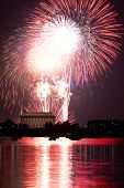 Fogos de artifício por trás do Lincoln Memorial