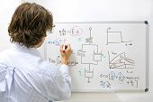 Ingenieurin bei whiteboard