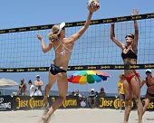 HERMOSA BEACH, CA - 21 de julio: Sarah Day y Kaitlin Sather compiten en el Jose Cuervo Pro Beach Volle