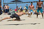 HERMOSA BEACH, CA - 21 de julio: Derek Olson y Ty Tramblie compiten en Jose Cuervo Pro Beach Volley