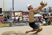 HERMOSA BEACH, CA - 21 de julio: John Hyden compite en el torneo de voleibol de playa Pro de Jose Cuervo