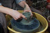 Töpferscheibe und Händen der Handwerker