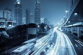 Megacity-Autobahn in der Nacht mit leichten Wanderwegen in shanghai, China.