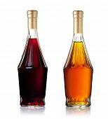 Conjunto de garrafas de conhaque, isolado no fundo branco