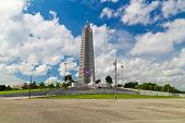 Plaza de la revolución y el monumento a José Martí en la Habana con un hermoso cielo