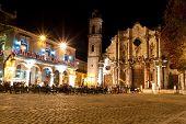 die Kathedrale von Havanna und seine angrenzendes Feld nachts