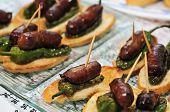 Постер, плакат: крупным планом плиты с испанскими Пинчо сделаны с колбасой «Чоризо» Падрон перец
