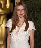 LOS ANGELES - FEB 7: AMY ADAMS kommt nach der 83. Academy Awards Nominees Luncheon am 7. Februar 2011