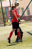 Постер, плакат: Мальчики подростки играть в футбол в Солнечный день