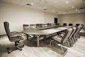 mesa grande e cadeiras em uma moderna sala de conferências