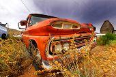 Постер, плакат: Старый заброшенный автомобиль