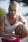 Постер, плакат: Баскетболист готовы передать мяч