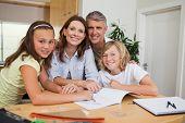 Familia hacer la tarea juntos