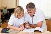 Padre hijo de ayudar con sus deberes