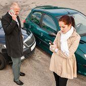 Mulher e homem no telefone carro acidente acidente chamada problema