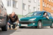 Homem maduro, ajudando a mulher com seu problema de quebrado de avaria do carro