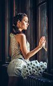 menina triste perto de uma janela