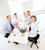 Unser Geschäftskonzept - friendly Business Team having Meeting im Büro