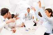 Erfolgreiche Unternehmensgruppe feiert im Büro