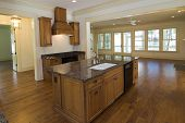 große luxuriöse Küche mit Ahorn-Schränke und schwarz Geräte