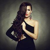 Retrato de mujer hermosa morena en vestido negro