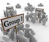 Varios grupos de personas en diferentes facciones se reunieron alrededor de carteles o pancartas marcan Grupo 1, 2 et