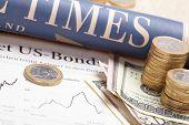 Wirtschaftszeitung mit Papier