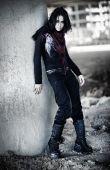Mujer de Goth en zona Industrial
