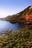Vista do mar mediterrânea azul e rochas em Espanha