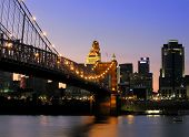 Roebling Suspension Bridge e do centro de Cincinnati, Ohio.