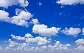 Natur-Hintergrund. White Clouds over blue sky