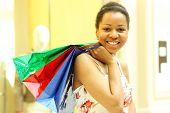 Porträt von einem glücklich jungen Erwachsenen Mädchen mit farbigen Taschen
