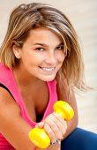 Frau freie Gewichte zu heben