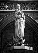 picture of stature  - Statue of the Virgin Mary with Jesus - JPG