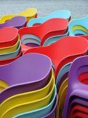 Pilhas de cadeiras plásticas coloridas