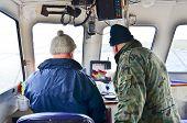 Barco de pesca - estudar uma tela de sonar