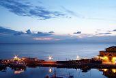 Weergave van boten bij zonsondergang In de haven van Piran